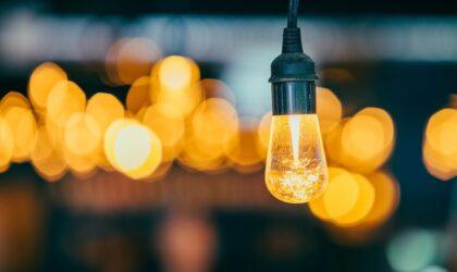 El precio de la luz se desploma un 52,6% en febrero por la histórica producción de las renovables